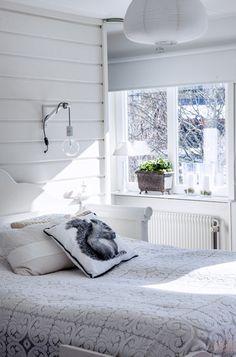 sovrum,fönster,kökssoffa,säng,sängstomme Modern Cottage Style, Nate Berkus, Cosy, Master Bedroom, Sweet Home, Windows, Curtains, Interior Design, Studio