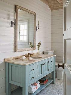 Sinistä ja valkoista - Blue and White  House of Turquoise       Hillitty värimaailma, vaakapanelointi ja kauniit puulattiat tuovat levollis...
