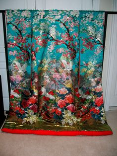Woven wedding kimono (uchikake) with a spring motif of cherry blossom (sakura) branches and peonies. There are also some cranes, a traditional symbol of good fortune. Traditioneller Kimono, Furisode Kimono, Mode Kimono, Kimono Fabric, Yukata, Japanese Textiles, Japanese Patterns, Traditional Kimono, Traditional Dresses