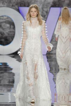 Después de mostrarnos su colección de Alta Costura, YolanCris ha desfilado con su línea más icónica: la colección Boho Chic. Vestidos de novia bohemios a medida, de estilo ibicenco y de estilo hippie …