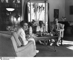 Der Nobelpreisträger Thomas Mann, hier 1951 mit Ehefrau Katia und Tochter Erika in ihrem Haus in Pacific Palisades, Los Angeles, war 1938 in die USA emigriert und wurde dort zu einem gern gesehenen Gast. Der Schriftsteller war in den USA populär und konnte seine Werke gut verkaufen.