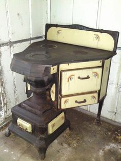 A very lovely French Art Deco cooking range in yellow enamel and cast iron. Wood Stove Cooking, Kitchen Stove, Old Kitchen, Vintage Kitchen, Antique Wood Stove, How To Antique Wood, Old Wood, Cuisinières Vintage, Vintage Decor