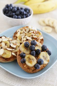 Bruleed Banana and English Muffins: Brulée some sweet breakfast bites with this recipe from The Comfort of Cooking: combine peanut butter, bananas and brown sugar on top of a Thomas' English Muffin and broil until golden brown. Keto Breakfast Smoothie, Breakfast Bites, Sweet Breakfast, Breakfast Recipes, Banana Breakfast, Brunch Recipes, Natural Peanut Butter, Peanut Butter Banana, Creamy Peanut Butter
