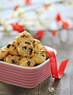 These berry cookies are not very crispy but addictive. Great to serve as snack or pack as a Chinese New Year gift to your loved ones. Biscuit Cookies, Biscuit Recipe, Yummy Cookies, Chinese New Year Cookies, New Years Cookies, Cranberry Orange Cookies, Cranberry Almond, Cooking Chinese Food, Easy Cookie Recipes