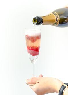 Yes, op de valreep voor vanavond nog even een recept voor een lekkere Champagne Float Cocktail. Een cocktail op basis van champagne en ijs.