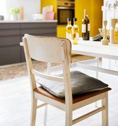 De perfecte combinatie in deze greeploze, moderne keuken met keukenfronten in de kleur geel zijn authentieke meubelen zoals dit oude schoolstoeltje. Meer zien van deze keuken?  #schoolstoel #schoolstoeltje #eetstoel #eetkamer #eettafel #authentiek #gelekeuken #modernekeuken #greeploos #keuken #keukens Kitchen, Home Decor, Cooking, Homemade Home Decor, Home Kitchens, Kitchens, Decoration Home, Cucina, Cuisine