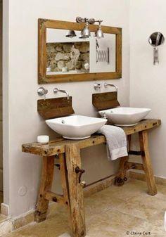 Esprit récup' dans cette salle de bain, avec cet établi de menuisier transformé en plan vasque.