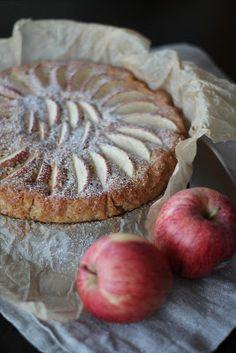 Varauduin eräänä sunnuntaina vieraiden tuloon ja suunnittelin omenapiirakan leivontaa. Harmiksemme visiitti ei toteutunutkaan, mutta piiraka...