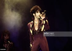 Foto di attualità : Prince performing on stage at Wembley Stadium in...