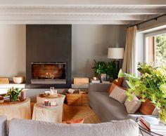 Salón con chimenea en tonos grises y marrones