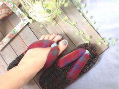 布ぞうりは足の5本指が全部出るので、とっても楽でルームシューズに使う人も多いんです。足の指を押さえつけないので外反母趾にもいいそうですよ。 Sandals Outfit, Diy And Crafts, Flip Flops, Sewing, Cloth Sandals, Handmade, Clothes, Kawaii, Inspiration