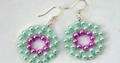 Brincos de miçangas  Que tal produzir bijuterias em casa? Pode ser uma ótima fonte de renda para você, tudo sem sair do seu la...