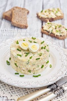 Egg šalát s tuniakom Finger Food Appetizers, Appetizers For Party, Appetizer Recipes, Timbale Recipe, Good Food, Yummy Food, Romanian Food, Romanian Recipes, Desert Recipes