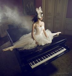 the piano, the middle split, and the attire!  (Photographer Carla Portugal.  02)