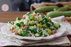 RISO FREDDO ZUCCHINE E PROSCIUTTO Pasta Salad, Cobb Salad, Biscotti, Finger Foods, Food Art, Italian Recipes, Potato Salad, Zucchini, Salads