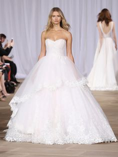 Klassischer Schnitt mit schicken Details aus Spitze: Ein weiteres perfektes Brautkleid für die Schütze-Frau von Ines di Santo.