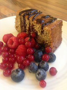 Banana Cake At just a slice on No Count, this is definitely a favourite of mine! Ingredients (serves 4 large ripe bananas oats blitzed in a food processor oat bran tsp baking … Choc Shot, Diet Recipes, Cooking Recipes, Slimming Eats, Sugar Free Syrup, Cake Tins, Healthy Desserts, Fresh Fruit, A Food