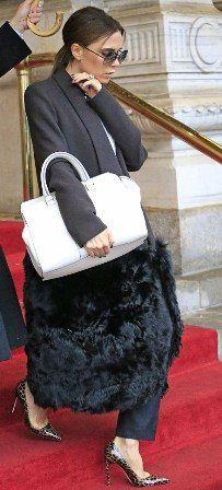 http://www.fashionassistance.net/2013/02/victoria-beckham-y-sus-modelos-de.htmlFashion Assistance: Victoria Beckham y sus modelos de pasarela llevan el bolso en la cadera