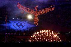 Juegos Olímpicos Londres 2012 - El ave fénix detrás de la llama olímpica en la ceremonia de clausura.