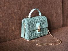 Hang Bag, Embroidery Stitches Tutorial, Fashion Patterns, Diy Purse, Crochet Handbags, Crochet Fashion, Knit Beanie, Crochet Lace, Crochet Patterns