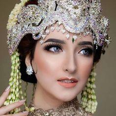 Wedding Poses, Wedding Dresses, Wedding Organizer, Make Up Pengantin, Tiaras And Crowns, Wedding Make Up, Natural Makeup, Beauty Women, Makeup Looks