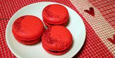 ENGLISH | NORSK Pepperkaker, gløgg og andre krydrede opplevelser hører julen til. Disse makronene har fått et sjokoladefyll tilsatt de tradisjonelle julekrydderiene. Om du ikke kommer i julestemning av å nyte noen av disse, så vet ikke jeg. Makroner med julekrydder –1 porsjon makroner laget etter grunnoppskriften -Evt.spiselig glitter og sukkerlake til pynt Sjokoladekrem med …