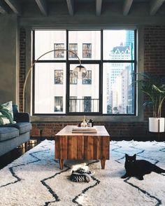 лофт, интерьер в стиле лофт, промышленный интерьер, минимализм, черный кот, этнический марокканский ковёр, торшер, большое окно
