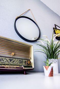 deco miroir rond suspendu, succulent plante, radio vintage