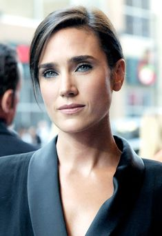 Jennifer Connelly, bold brows make a woman look so much more effortlessly polished.                                                                                                                                                                                 Más