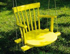 Faire une balançoire en bois avec une vieille chaise. commencer par couper les pied de la chaise et après peinture jaune fixer la chaise sur les barres de la balançoire