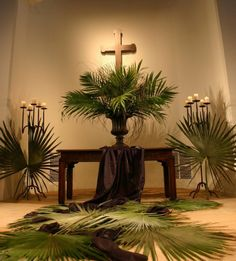 Palm Sunday - from the Christian tradition to modern house decoration Church Altar Decorations, Church Christmas Decorations, Altar Flowers, Church Flower Arrangements, Church Foyer, Altar Design, Church Stage Design, Church Banners, Palm Sunday