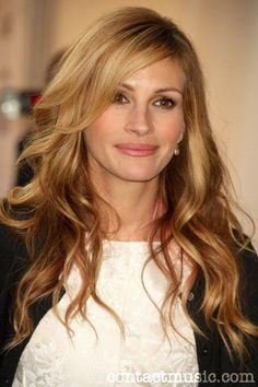 25 Light brown hair color and balayage ideas   Light Brown Hair color is very much in vogue in so in this article we offer you useful information about which nuances are most up-to-dat. Honey Blonde Hair, Strawberry Blonde Hair, Blonde Hair Designs, Julia Roberts Hair, Julia Roberts Style, Celebrity Haircuts, Celebrity Babies, Hair Color Caramel, Fancy Hairstyles