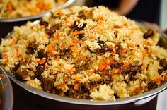 Рис промыть так, чтобы последняя вода оставалась прозрачной. Головки чеснока очистить от шелухи, но не разделять на зубчики. 3 луковицы и морковь очистить, лук порезать полукольцами, а морковь — тонкой соломкой.
