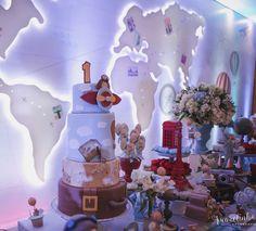 Bolo, doces e objetos que remetem a viagem a vários lugares do mundo.
