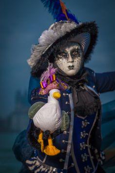 Fotoworkshop Venice 2016. Mal traditionell mal originell. So präsentieren sich die Masken bei den Shootings. Hier beim Abendshooting auf St. Georgio. Die Stoffmöwe hatte es mir einfach angetan. Manchmal sagen Details mehr, als eine Totale. Bei unseren Workshops lernt ihr, den richtigen Bildausschnitt zu wählen.