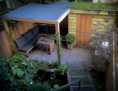 Bureau voor tuinarchitectuur Boekel Tuinen in Amsterdam maakte het ontwerp voor deze kleine stadstuin in Amsterdam. Elk plekje werd benut in deze kleine watertuin ,zelfs het dak van de schuur is gr...