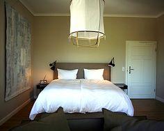 Smucke Steed, die kleine feine Pension, ein Ort für stille Genießer und für alle, die den Charme des Einfachen mit einem Gespür für Details lieben. Design Hotel, Sofas, Hotels, Bed, Spaces, Furniture, City, Home Decor, Glamour