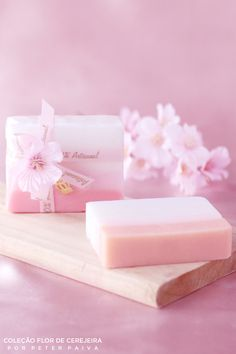 Barra marshmallow da linha Flor de Cerejeira. Possui essência de Bulhões Flower, Flor de Cerejeira e Ambience. Com extrato de Gérmen de Trigo, manteiga de Karité e óleo de Pamiste.