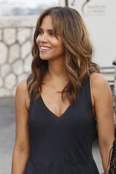 Halle Berry - Arriving at a Party on Board a Yacht in Cannes - Celebrity Nude Leaked! Halle Berry Style, Halle Berry Hot, Halle Berry Haircut, Hally Berry, Afro, Black Magic Woman, Beautiful Actresses, Cute Hairstyles, Lady