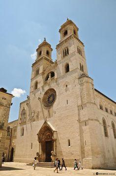 www.apuliadestination.com La cattedrale di #Altamura, voluta da Federico II di Svevia nel secolo XIII e ricostruita dopo il terremoto del 1316 , fu cappella palatina esente dalla giurisdizione vescovile, soggetta direttamente all'imperatore e al papa. Visitate il nostro portale per saperne di più. Photo credits: MP Mirabilia - InnovaPuglia http://www.viaggiareinpuglia.it/at/11/luogosacro/777/it/Cattedrale-dell-Assunta