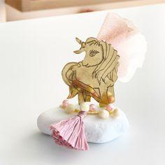 Μπομπονιέρα βάπτισης με θέμα Unicorn σε βραχάκι