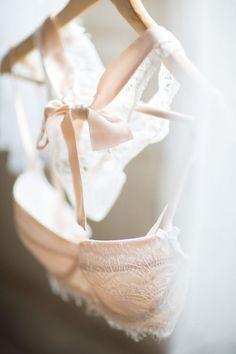 Zartes Rosa mit einer romantischen Schleife und verträumter Spitze - perfekt für verzaubernde Dessous zur Hochzeit - oder einfach so. Lace and Ribbon Bra | Stylefeed