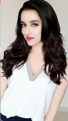 Sharddha kapoor looking so cute 😊 Bollywood Heroine, Indian Bollywood Actress, Beautiful Bollywood Actress, Bollywood Fashion, Beautiful Actresses, Indian Actresses, Bollywood Girls, Beautiful Girl Indian, Most Beautiful Indian Actress