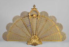 Antique Louis XV style fire screen, fan shape, in gilt bronze - Fire screen Charred Wood, Bronze, Wire Mesh, Hand Fan, Screens, Classic Style, Shells, Interior Decorating, Fans