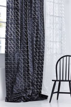 C'est le cas de l'entreprise Création Baumann, qui propose un choix de rideaux incroyable ! Focus sur son modèle Eprisma. Véritable tissu 3D sculptural, ses facettes géométriques permettent à la lumière de traverser légèrement. Disponible en trois coloris: blanc, bronze ou noir, Eprisma ne passera pas inaperçu dans un intérieur.