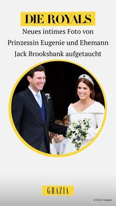 Um ihren dritten Hochzeitstag zu feiern hat Prinzessin Eugenie nun ein neues intimes Foto ihrer Hochzeit mit Ehemann Jack Brooksbank geteilt. #grazia #grazia_magazin #royals #prinzessineugenie Die Royals, Hot Stories, Movie Posters, Movies, Pictures, Princess Eugenie, Husband, Marriage Anniversary, Films