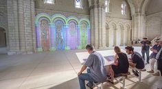 Buzzing Light - Installé au coeur de l'église abbatiale de Fontevraud, PAINT est un dispositif numérique qui permet aux visiteurs de dessiner sur les murs de la nef.
