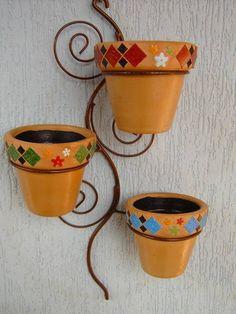 Suporte de ferro para parade com 3 vasos de cerâmica com detalhes em mosaico R$ 80,00