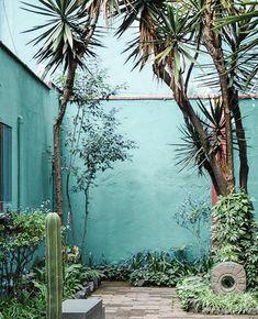 this vibeeeee - Frida Kahlo House Blue Garden, Diy Garden, Garden Art, Garden Design, Mexican Courtyard, Mexican Garden, Moroccan Garden, Moroccan Style, Outdoor Rooms