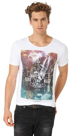 T-Shirt mit Foto-Print für Männer (unifarben mit Print, kurzärmlig mit Rundhals-Ausschnitt) aus Jersey gefertigt, Landschafts-Foto-print vorne mit Schriftzug, dezente Logo-Stickerei hinten am Saum. Material: 100 % Baumwolle...